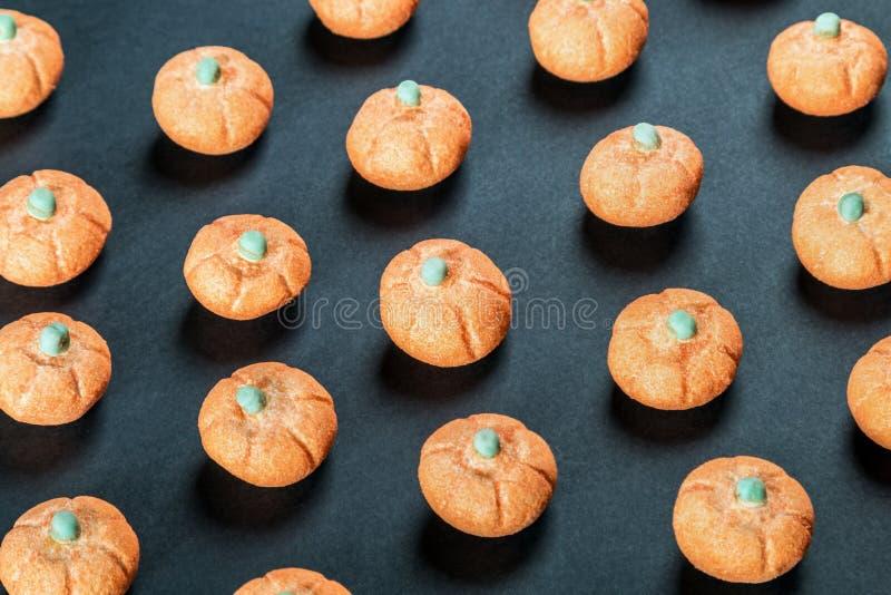 Kleine pompoenen van heemst op zwarte achtergrond royalty-vrije stock afbeelding