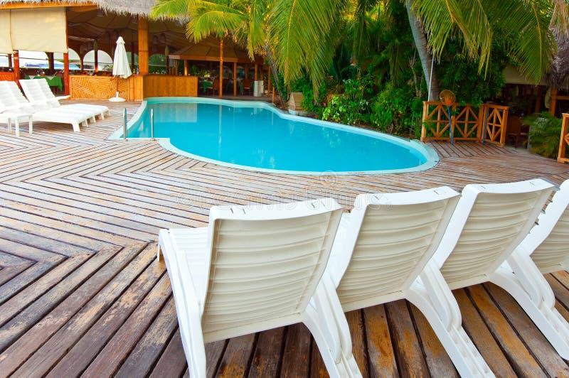 Kleine pool en stoelen voor rust stock foto's