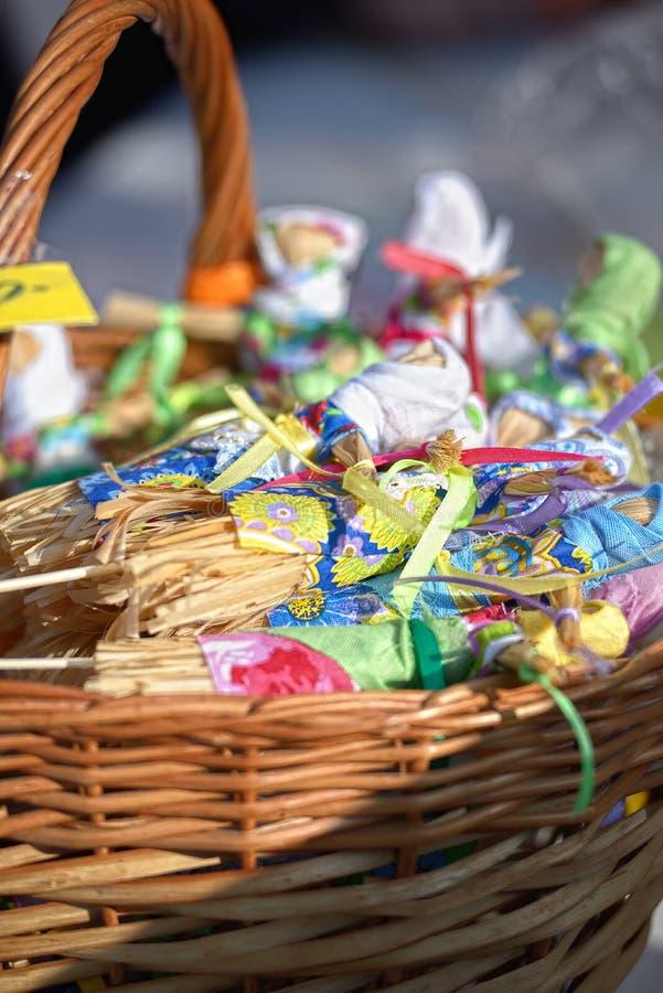 Kleine poppen van stro in een mand bij een markt stock foto