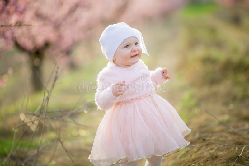 Kleine prinses Toddler verkleed in een roze jurk loopt in de frisse lucht en geniet van het leven stock fotografie