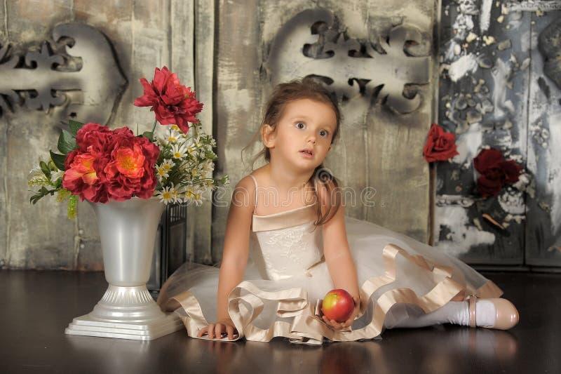 Kleine Prinzessin in einem intelligenten beige Kleid lizenzfreie stockfotos