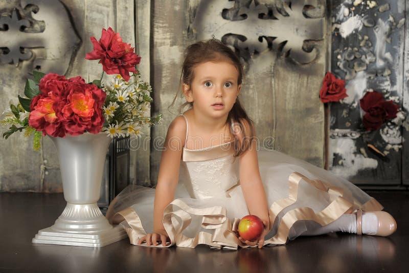 Kleine Prinzessin in einem intelligenten beige Kleid lizenzfreies stockbild