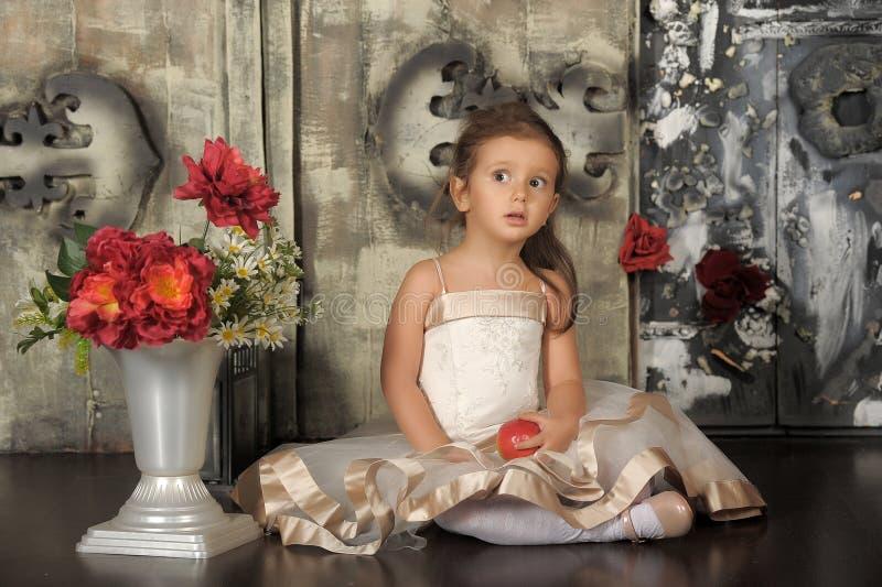 Kleine Prinzessin in einem intelligenten beige Kleid stockbilder