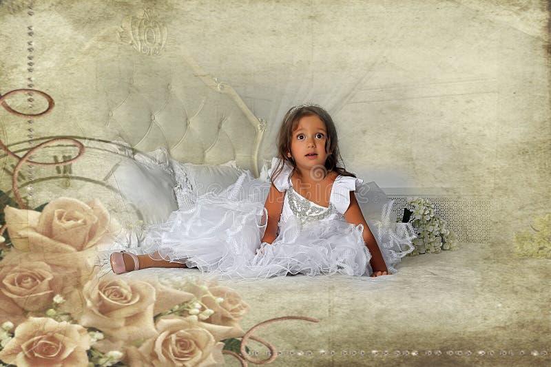 Kleine Prinzessin in einem intelligenten weißen Kleid lizenzfreie stockbilder