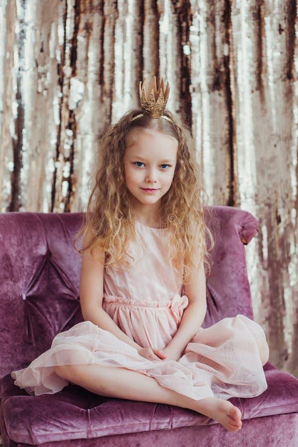 Kleine Prinzessin Hübsches Mädchen mit goldener Krone lizenzfreie stockfotografie