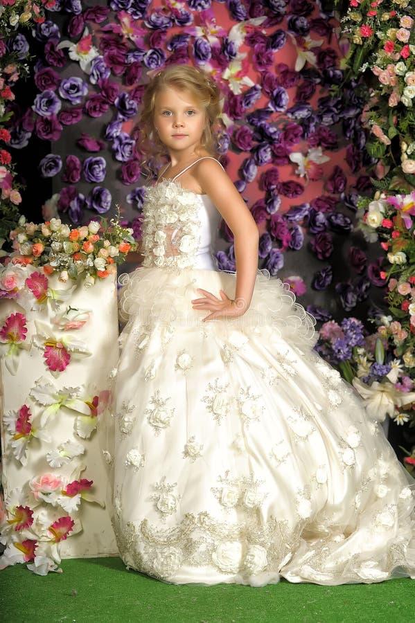 Kleine Prinzessin im weißen Kleid lizenzfreies stockfoto