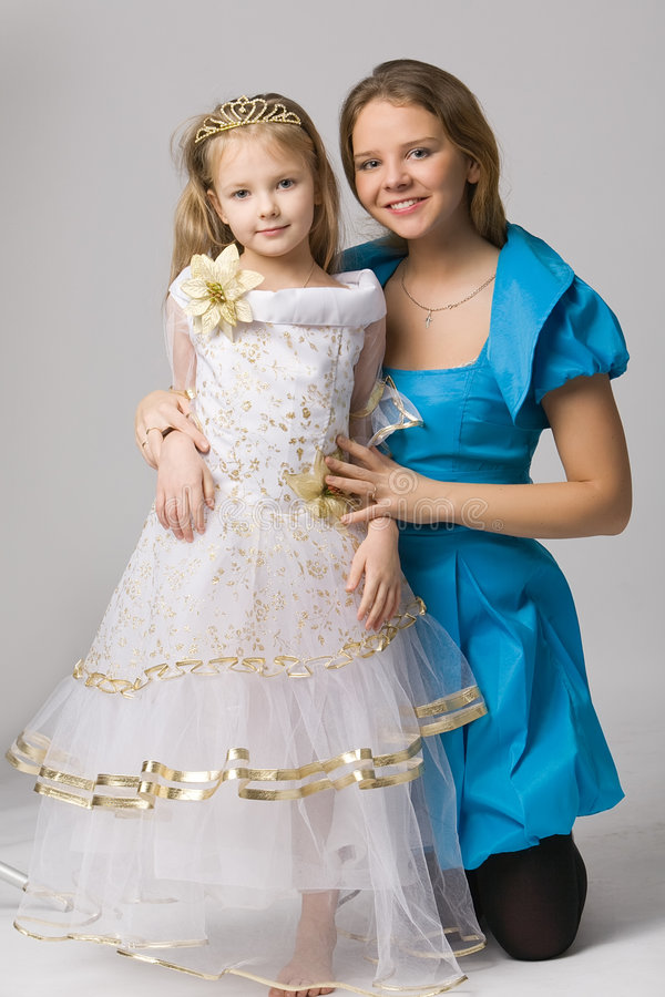 Kleine Prinzessin mit Mama lizenzfreie stockbilder