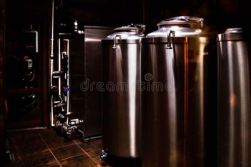 Kleine privé brouwerij De industriële vaten van de roestvrij staalgisting royalty-vrije stock fotografie
