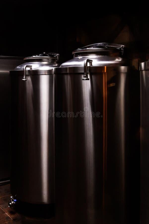 Kleine private Brauerei Industrielle Edelstahlgärungsbottiche lizenzfreie stockfotografie