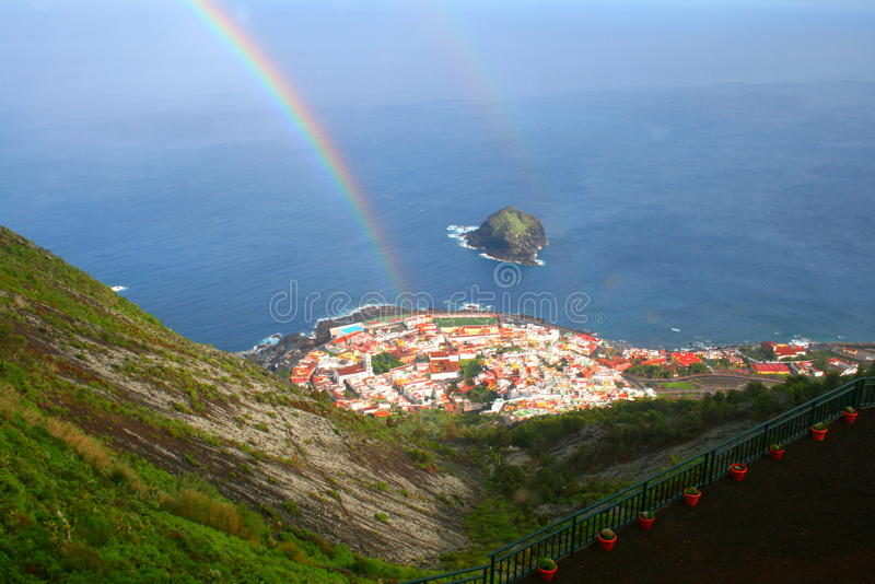 Kleine regenboog over dorpspanorama in Tenerife, Canarische Eilanden stock foto's
