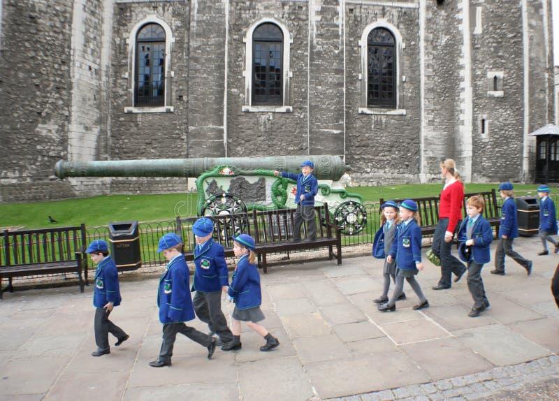 Kleine reizigers op tijd met leider in de Toren van Londen royalty-vrije stock foto's