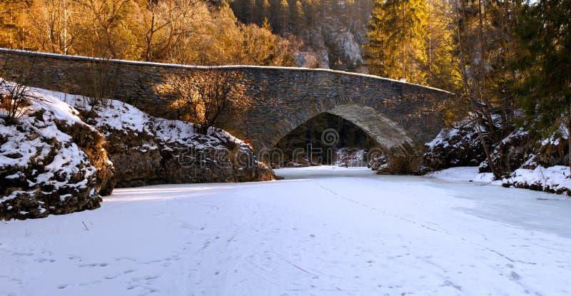 Kleine rivier in de winter stock afbeeldingen