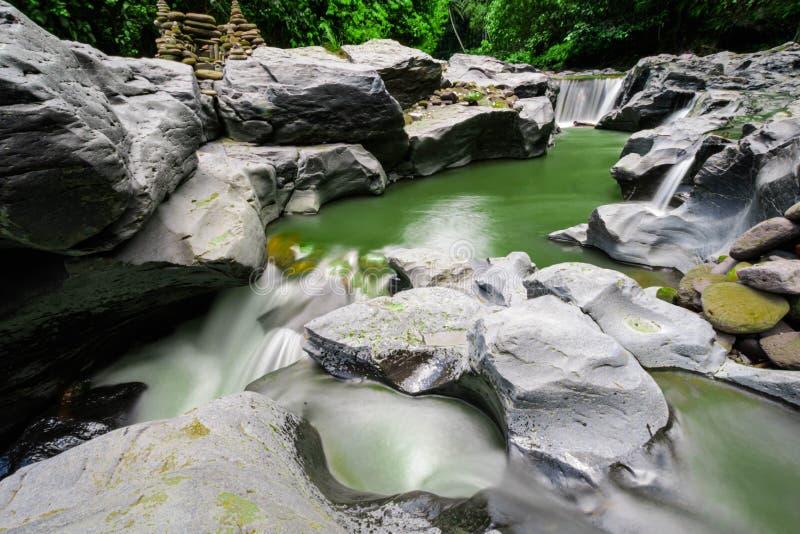 Kleine rivier in het regenwoud van Bali, Lange Blootstelling, Groen Water stock fotografie