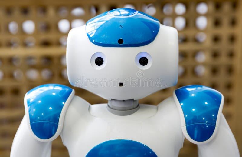 Kleine robot met menselijk gezicht en lichaam ai royalty-vrije stock afbeelding