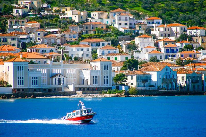 Kleine rode de overdrachtmensen van de motorboot aan Spetses-eiland, Griekenland royalty-vrije stock fotografie