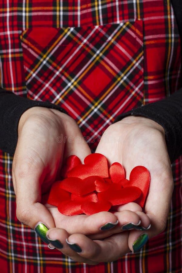 Kleine rode harten in de handen - liefdeconcept royalty-vrije stock afbeeldingen