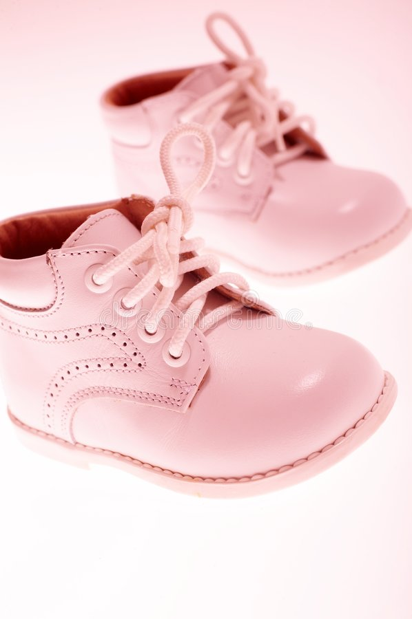Kleine rosafarbene Schuhe lizenzfreie stockfotos