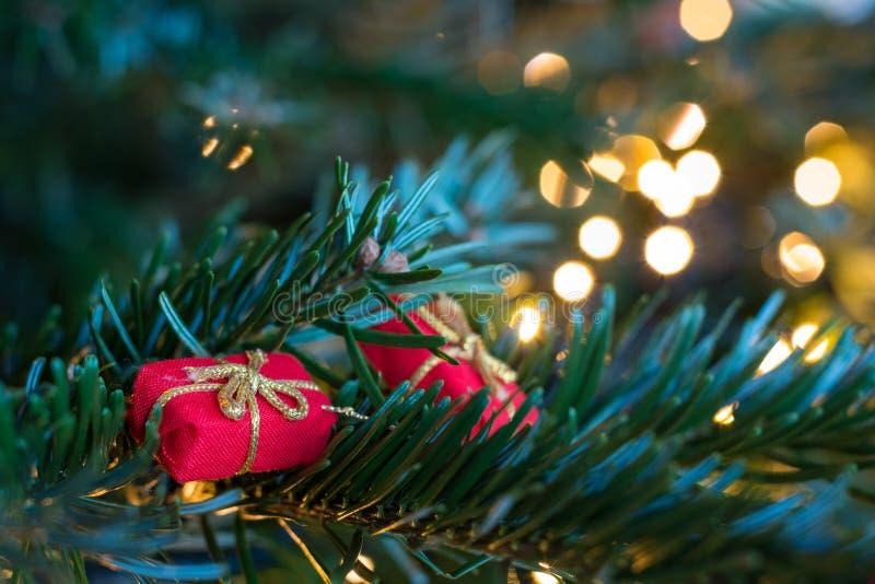 Download Kleine Rote Anwesende Verzierungen Auf Einem Weihnachtsbaum Stockfoto - Bild von feier, dezember: 106802474