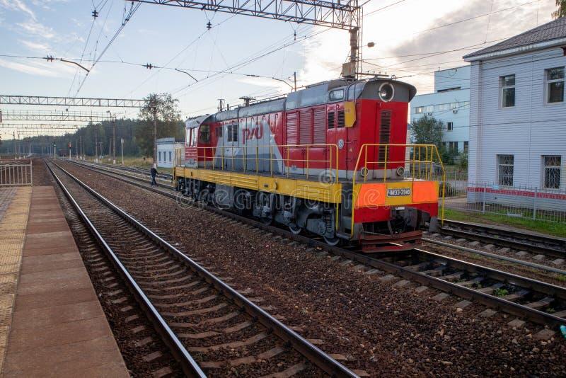 Kleine rote Lokomotive, die auf Seiten-railpath kühlt lizenzfreies stockfoto
