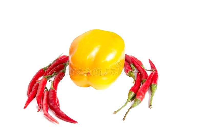 Kleine rote Pfeffer mit einem Gelb auf einem Weiß stockfotos