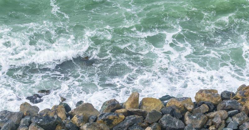 Kleine rotsen boven de oceaan, luchtmening stock fotografie