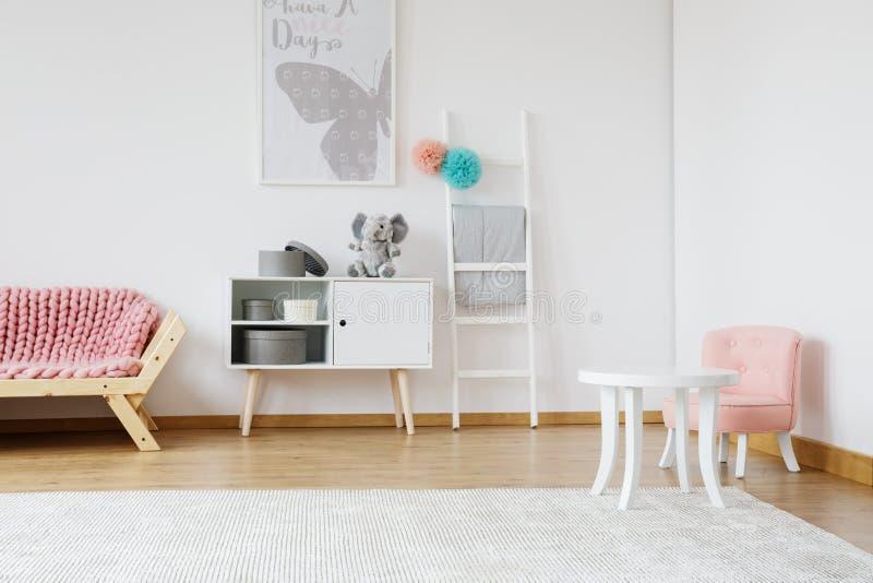 Kleine roze stoel royalty-vrije stock foto