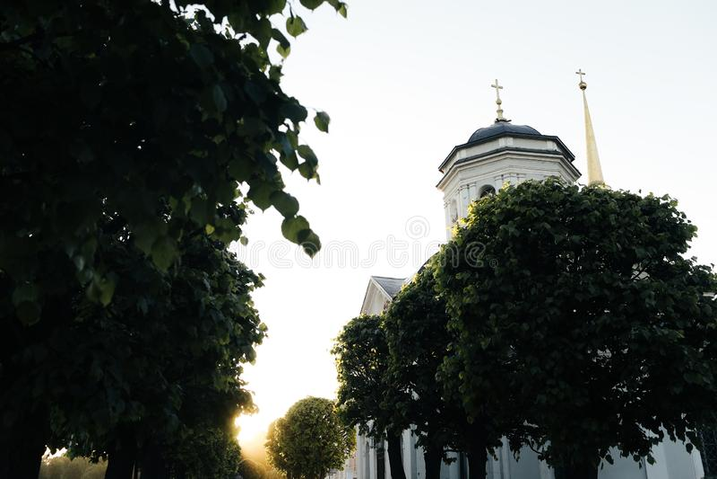 Kleine Russische kerk in park bij zonsondergang royalty-vrije stock foto's