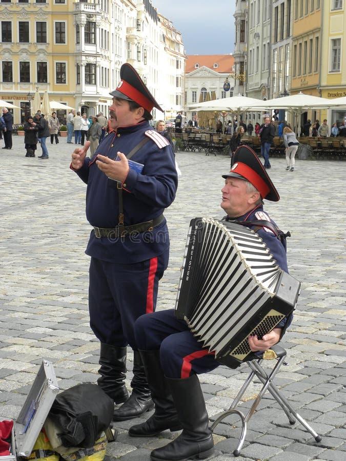 Kleine russische Musikband im Quadrat von Dresden im Juli 2012 mit einem Repertoire von klassischen Militärliedern lizenzfreies stockbild