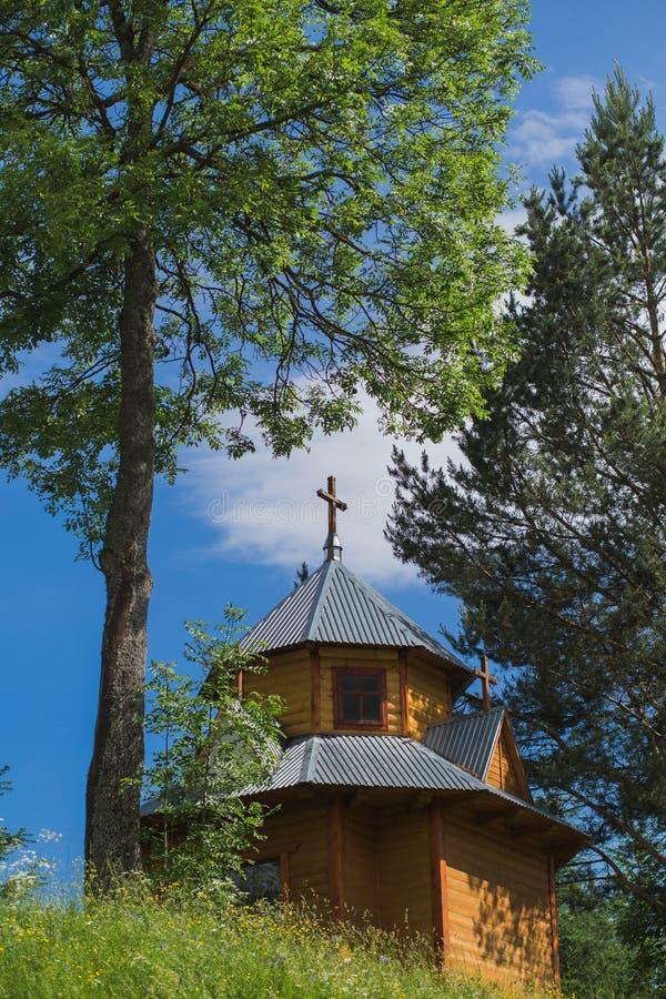 Kleine rustieke bruine houten kerk royalty-vrije stock fotografie