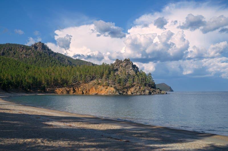 Kleine Sandbucht am Baikalsee stockbild