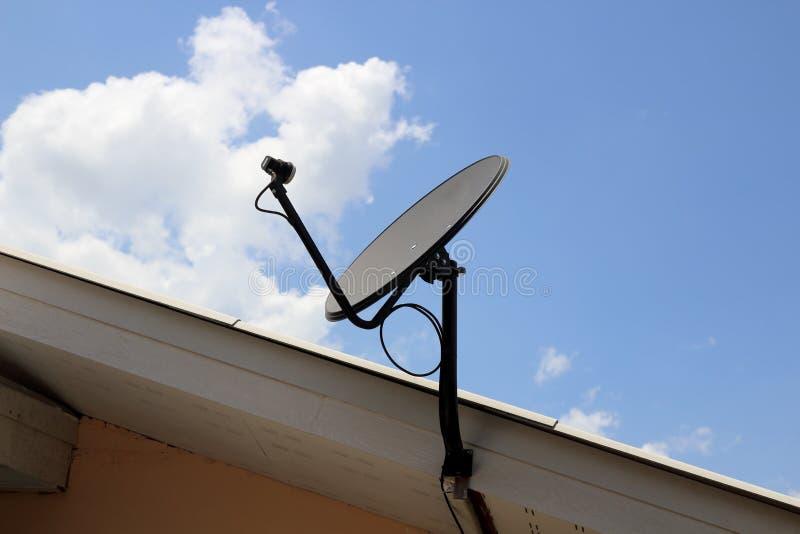 Kleine satellietschotels op het dak royalty-vrije stock afbeeldingen