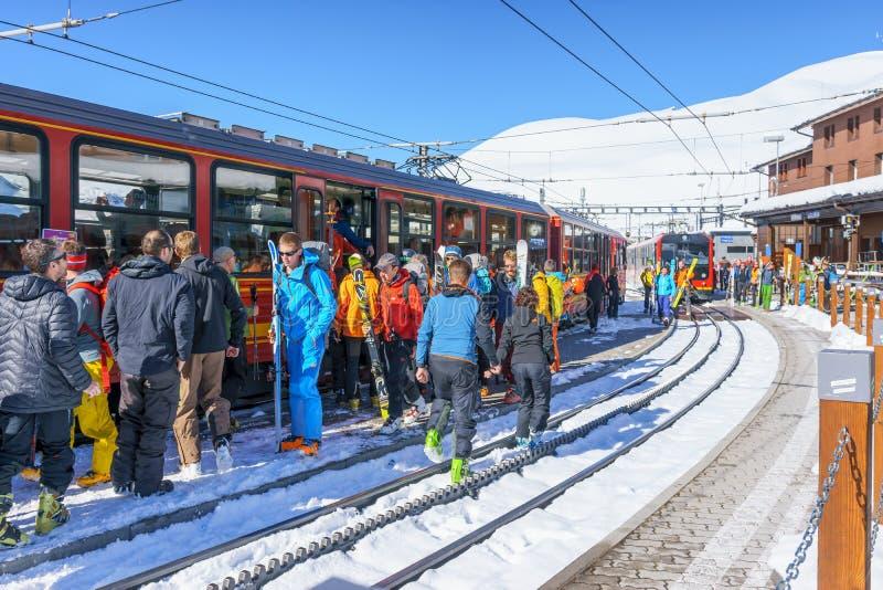 Kleine Scheidegg, Suisse - 29 avril 2017 : le gett de touristes photo libre de droits