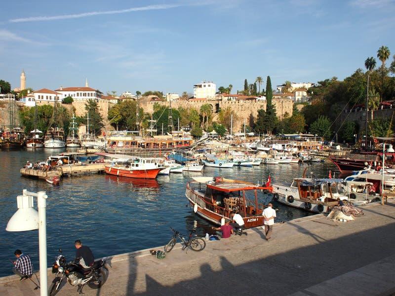 Kleine schepen, zeilboten en jachten in haven van Antalya royalty-vrije stock fotografie