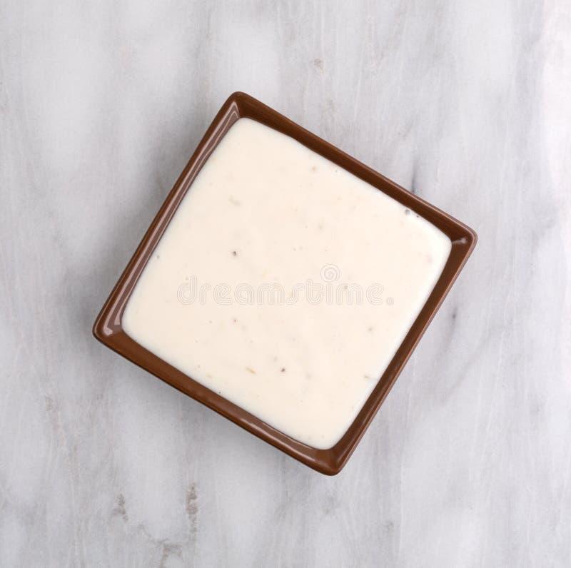 Kleine schotel van Italiaanse slasaus op marmeren lijstbovenkant royalty-vrije stock foto