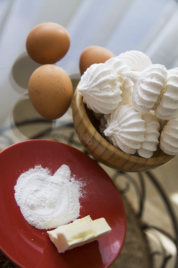 Kleine schuimgebakjes met suiker en eieren royalty-vrije stock foto