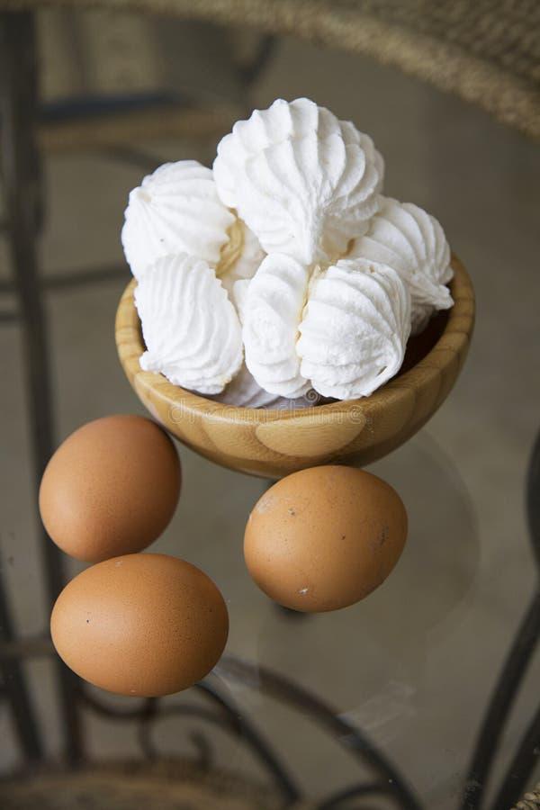 Kleine schuimgebakjes met suiker en eieren stock fotografie