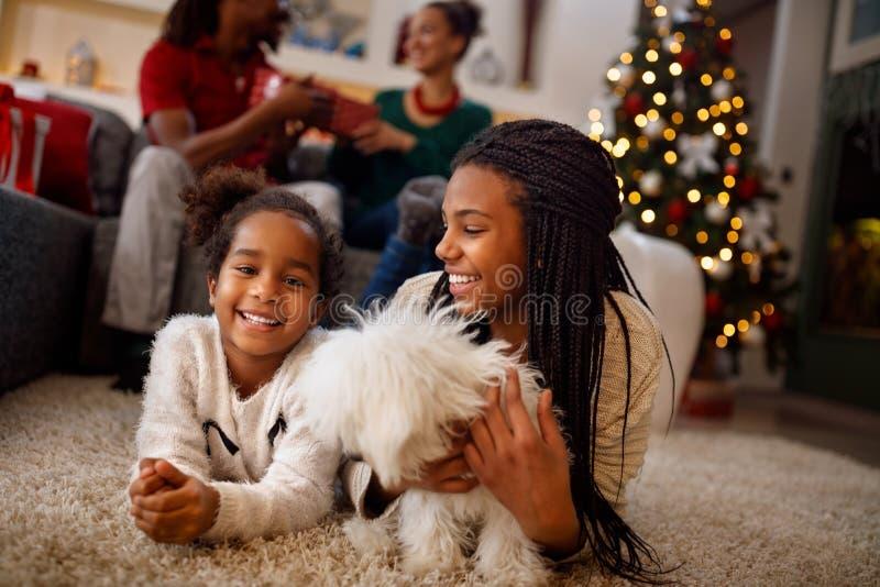 Kleine Schwestern spielen mit Hund und dem Lachen Sie liegen lizenzfreie stockfotos