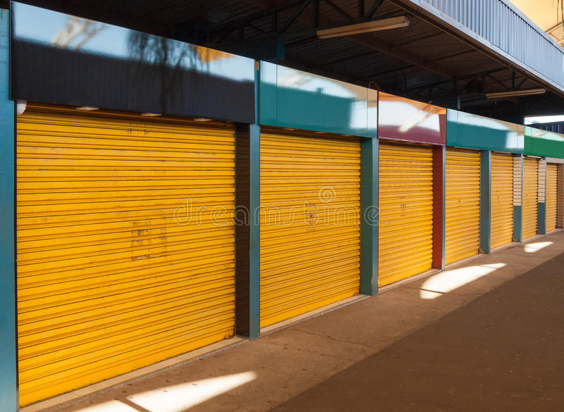 Kleine Shops mit leeren Platten lizenzfreie stockfotos