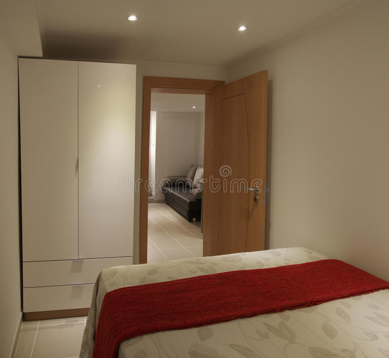 kleine slaapkamer en kast stock foto afbeelding bestaande