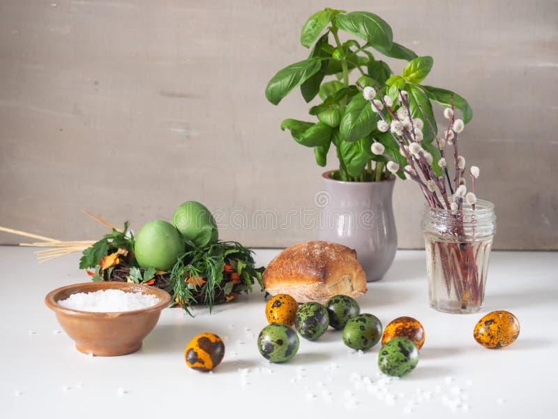 Kleine snack met feestelijk Pasen-decor met eieren en broodje stock afbeeldingen