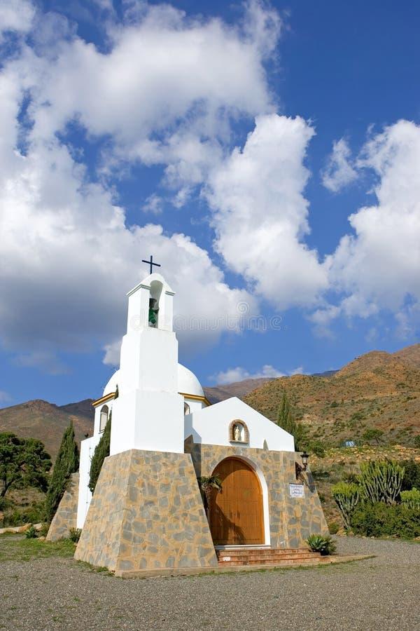 Kleine Spaanse katholieke kerk in de bergen stock foto's