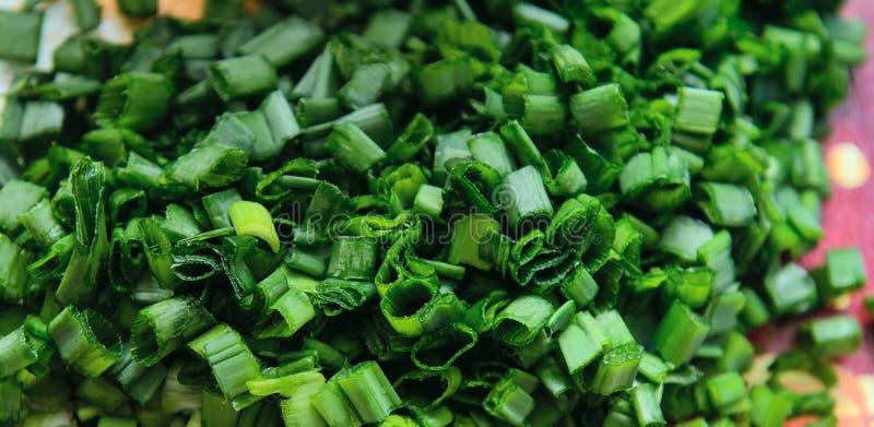 In kleine Stücke grüne Zwiebeln gehackt lizenzfreies stockbild