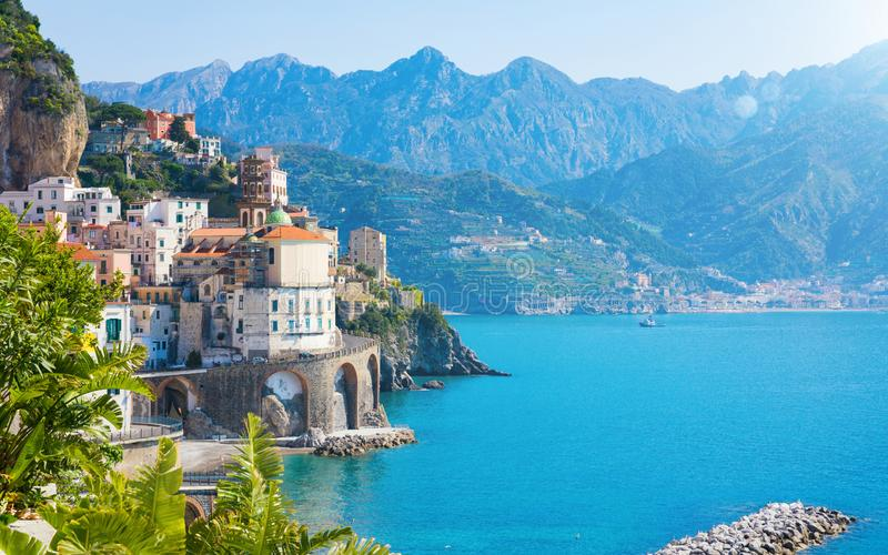Kleine stad Atrani op Amalfi Kust in provincie van Salerno, in Campania-gebied van Italië royalty-vrije stock foto