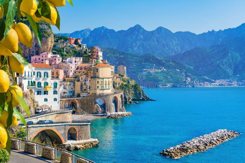 Kleine stad Atrani op Amalfi Kust, provincie van Salerno, Campania-gebied van Italië stock afbeelding
