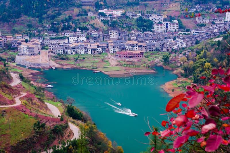 Kleine stad bij rand van Yangtze-rivier stock foto's