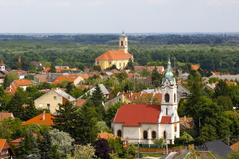 Kleine stad en twee torens of kerken royalty-vrije stock afbeelding