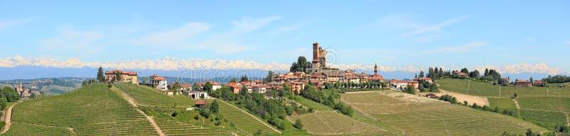 Kleine stad op de heuvel in Piemonte, Italië. stock afbeeldingen