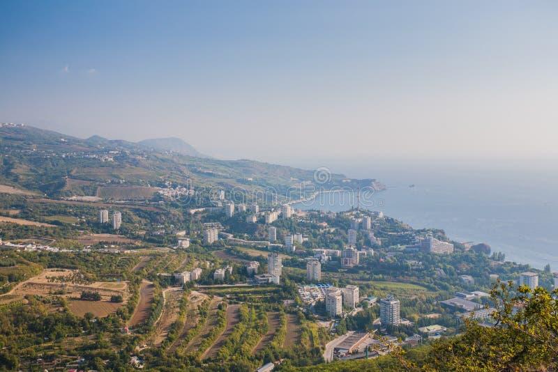 Kleine stad op de kust van de Zwarte Zee tegen blauwe hemel royalty-vrije stock afbeeldingen