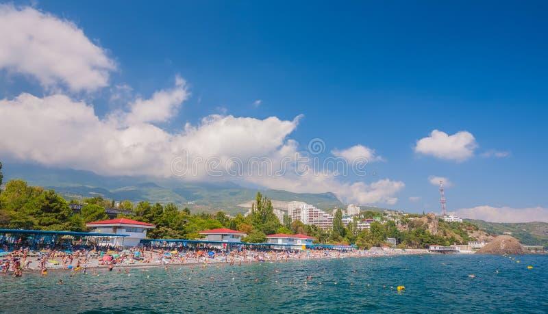 Kleine stad op de kust van de Zwarte Zee tegen blauwe hemel stock afbeelding