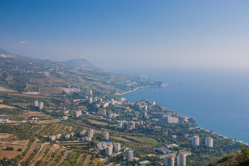 Kleine stad op de kust van de Zwarte Zee tegen blauwe hemel stock foto